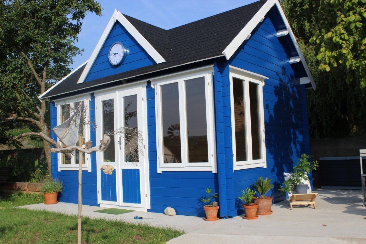 Clockhouse Gartenhaus in knalligem blau mit weißen Tür- und ...