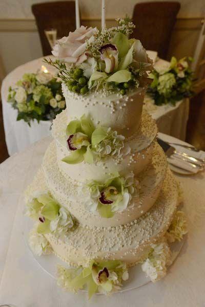 Edible pearls and flowers on our wedding cake :)