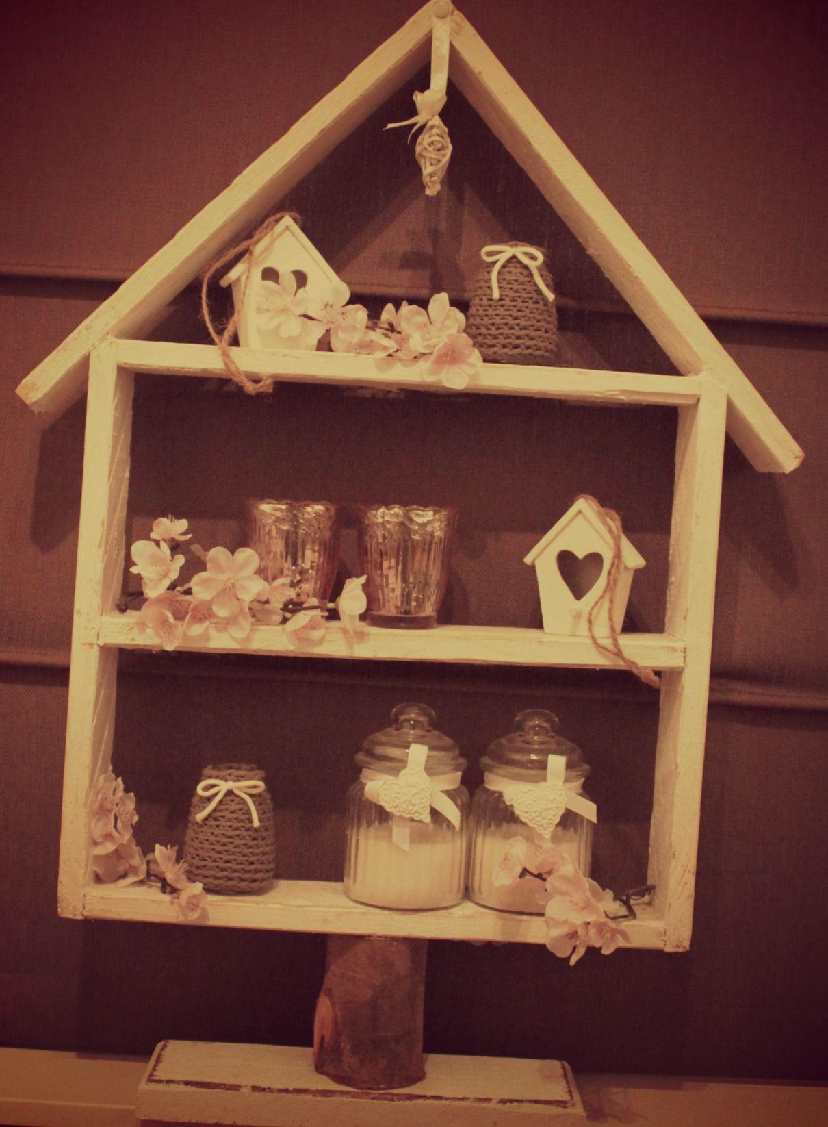 Huisje van steigerhout als romantische decoratie in het raamkozijn.