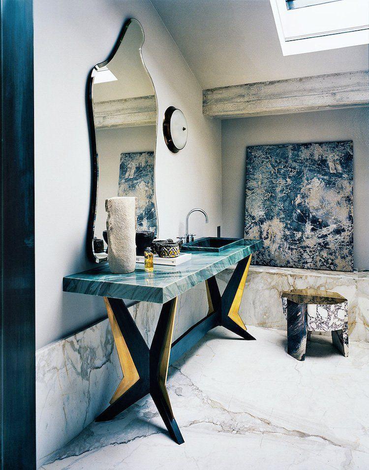 salle de bain marbre de Carrare poutre béton brut miroir forme libre