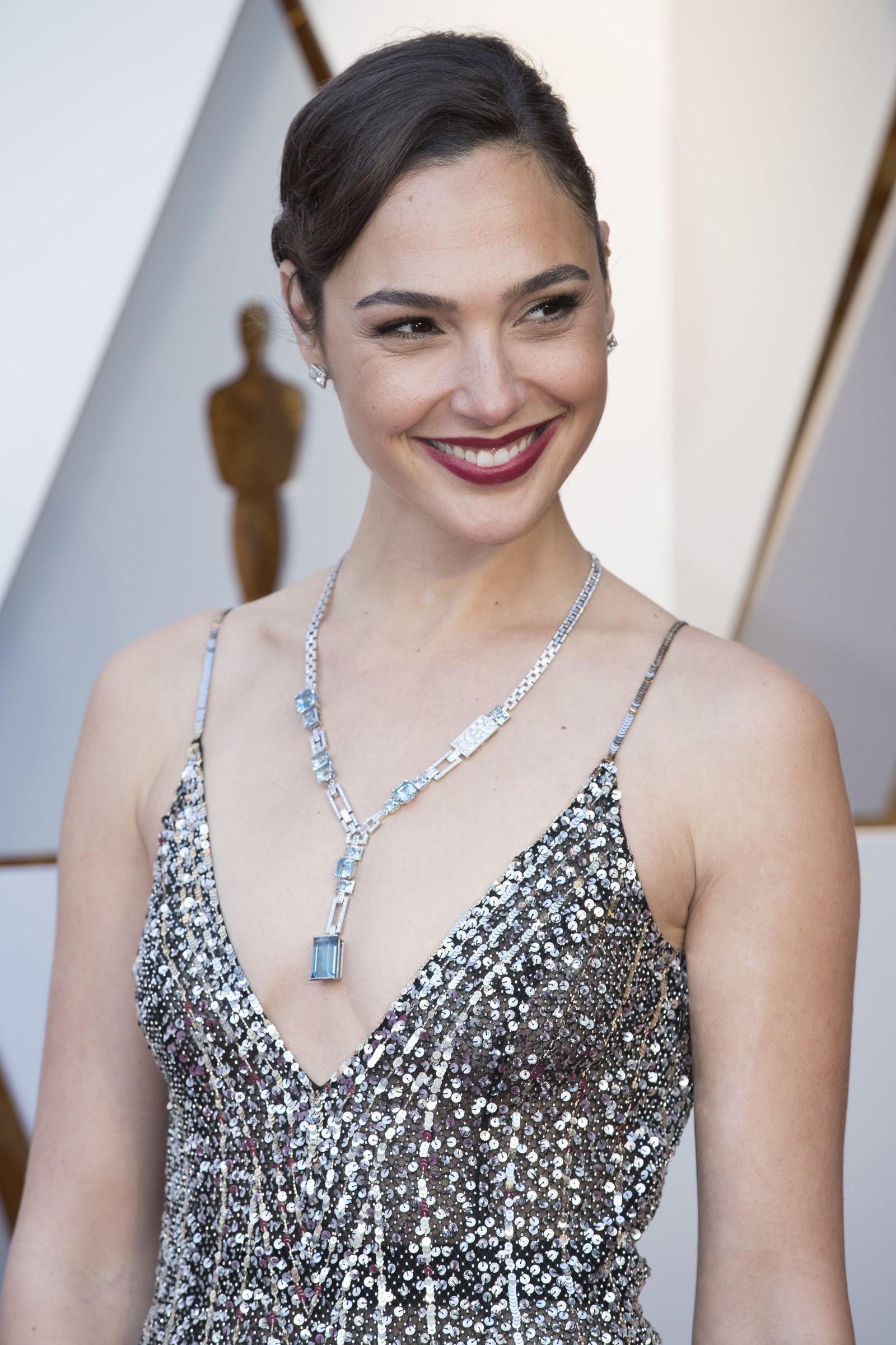 Gal Gadot Is Dripping In Diamonds At The 2018 Oscars - HarpersBAZAAR.com