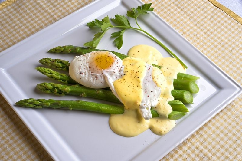 m_082609_093904-Poached-eggs-over-Asparagus-with-herb-sauce.jpg (800×532)