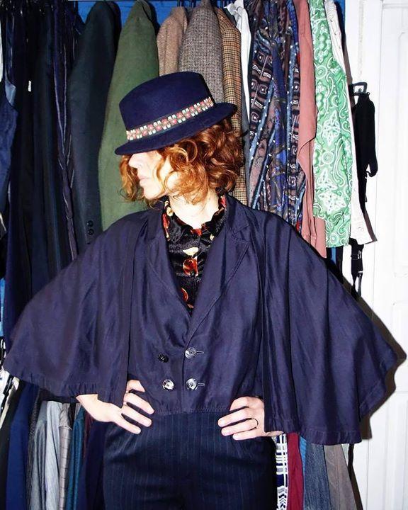 Azul-marinho!!! Ponchinho francês Printemps  calça alfaiataria lã risca-de-giz e chapéu artesanal. #look #ecogirl #gin#France #ecofriendly #reuso #secondhand #Blue #Vintage #vintagestyle #sustentabilidade #pelotas #satolep by ninagarimpa http://ift.tt/1X3kCHk
