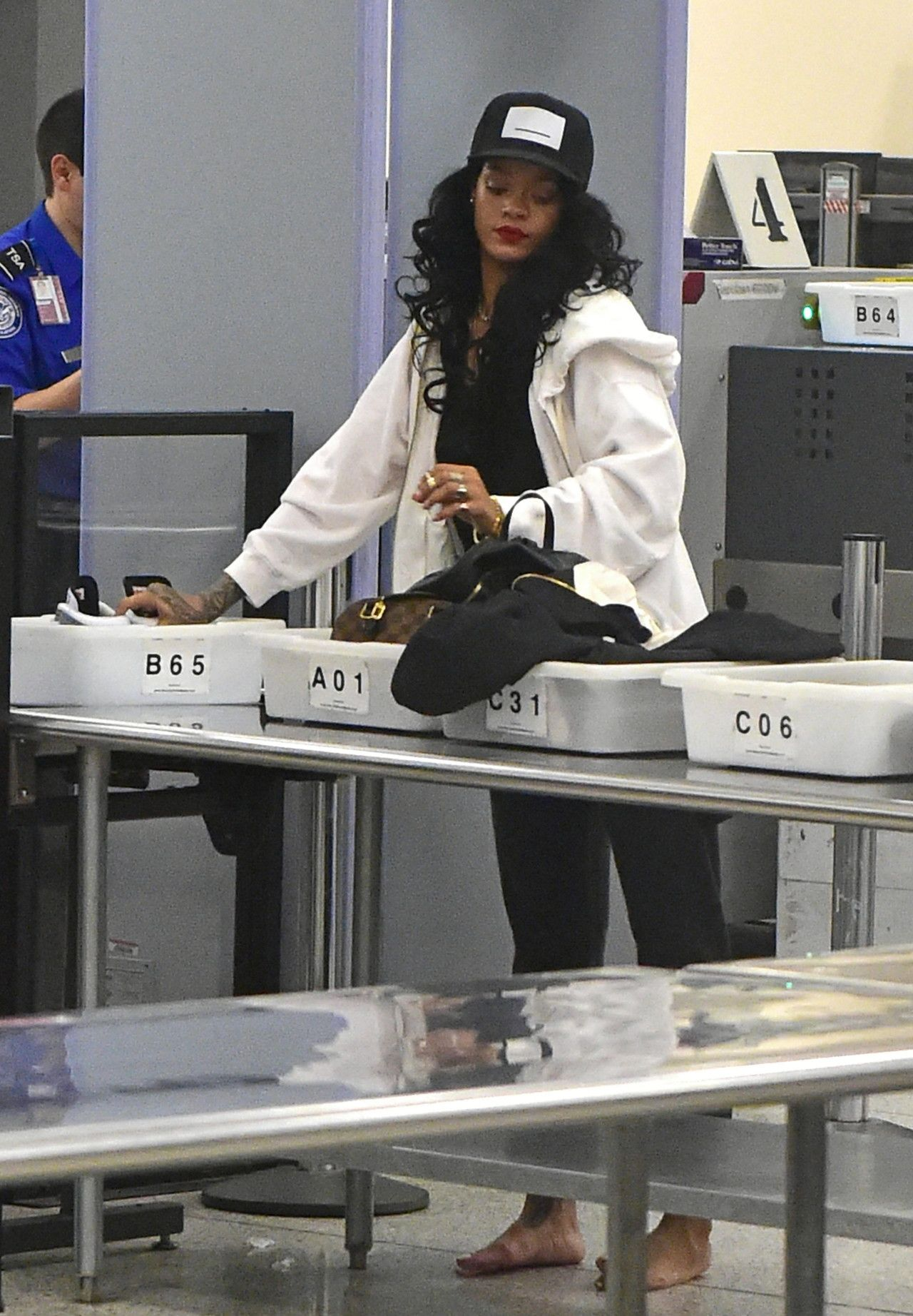 """Rihanna """"lax"""" Airport In Los Angeles. Love Style"""