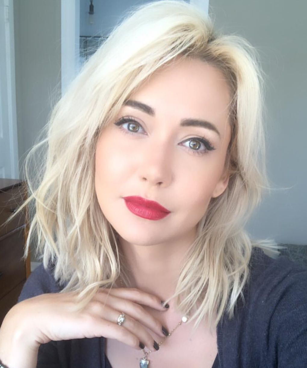 Platinum Blonde Hair Color With Red Lipstick Platinumblonde Haircolor Platinum Blonde Hair Color Hair Trends Younger Hair