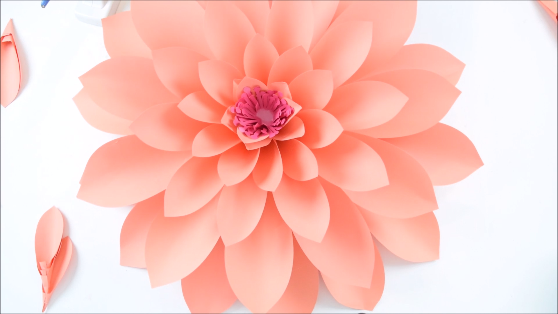Giant Paper Dahlia Wall Flowers - Tutorial and Templates #largepaperflowers