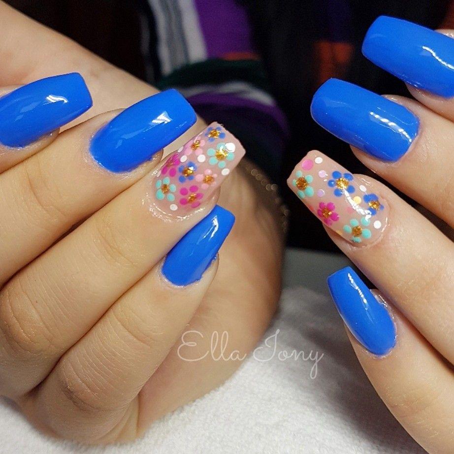 Unghie blu e fiori