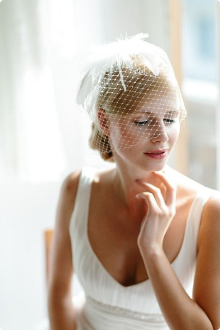 Beautiful,+elegant+short+veil+with+delicate+feathered+headdress+for+a+sensational+bridal+look.<br+/>
