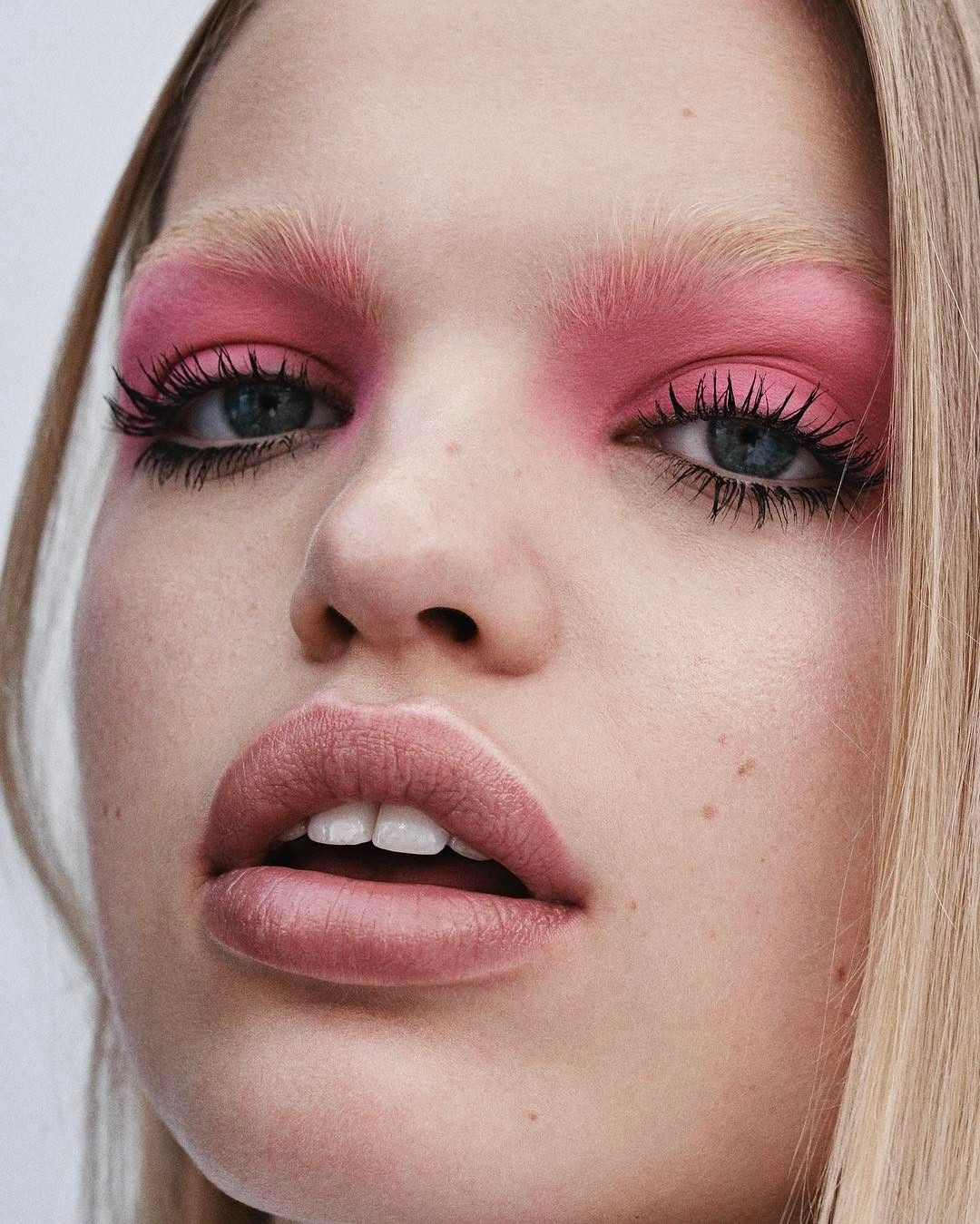 Bold pink shadow for Elle France