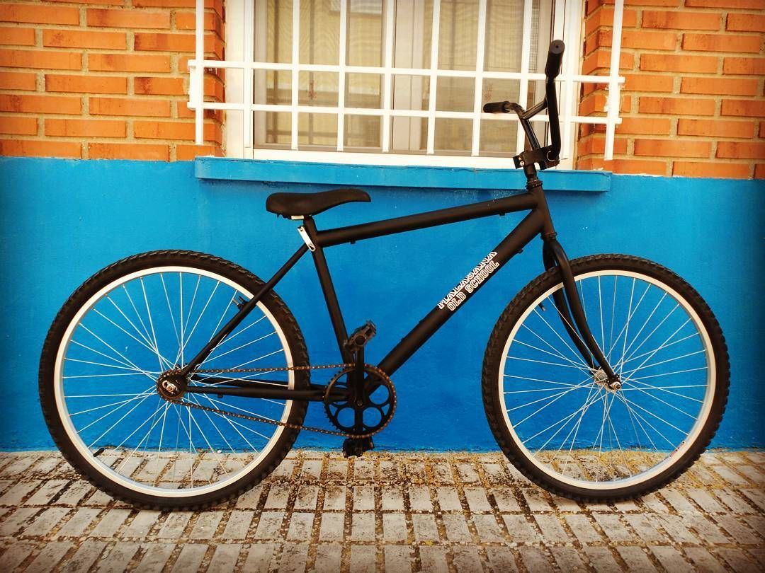 Por fin tenemos la bici terminada de ser una chatarrilla desfasada de montaña a convertirse en #singlespeed #fgfsbike #klunkerbike #klunker #bmxracing #bigbmx #negromate #paseo #bicidepaseo #engendro #malasaña #madrid #oldschool by alb874