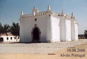 Alvitoa Capela de S. Sebastião, também do século XVI, em estilo manuelino mudéjar, que é um edifício de tipo abaluartado, com um arco ogival, diadema de ameias chanfradas e uma abóboda gótica;