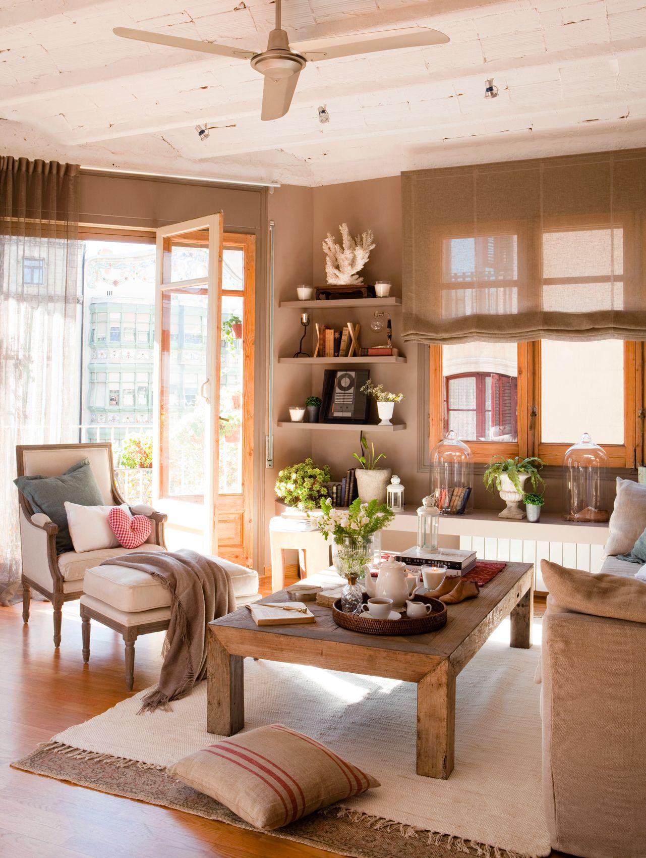 Salón con doble alfombra, mesa de centro de madera, butaca clásica ...