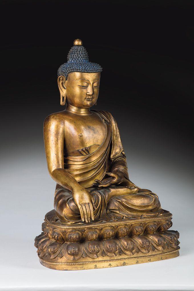 Chine, dynastie Ming, XVe siècle, bouddhas en bronze doré, marque apocryphe «Da Ming Yongle Nian Zao». h. 55 cm. le bouddha Akshobya, ou Sakyamuni.