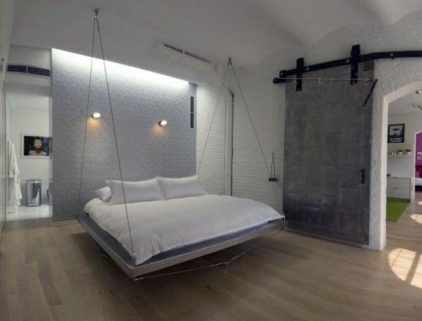 hängendes bett im schlafzimmer mit weißer und grauer gestaltung, Schlafzimmer entwurf