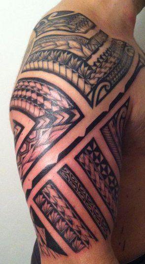Tatouage samoa sur l 39 epaule et le haut bras d 39 un homme rempli par files et bandes aux gros - Tatouage homme epaule ...