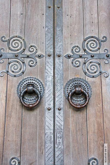 Puerta con herrajes cool