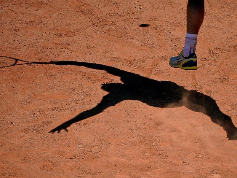 Der Tennis-Profi und sein Schatten: Der Argentinier Juan Monaco beim Sandplatz-Turnier in Kitzbühel. (Foto: Robert Parigger/dpa)
