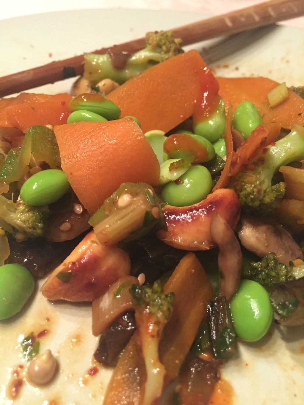 Wok 2 Pax 2 zanahorias  100 shitake 1 puñadoTirabeque 6 Okra 1 Pimiento verde  1/4 Broccoli 100gr Anacardos  8 Ajetes  Edamame  Cilantro  Tamari Tajin Sriracha  Especias Wok Sésamo Lima