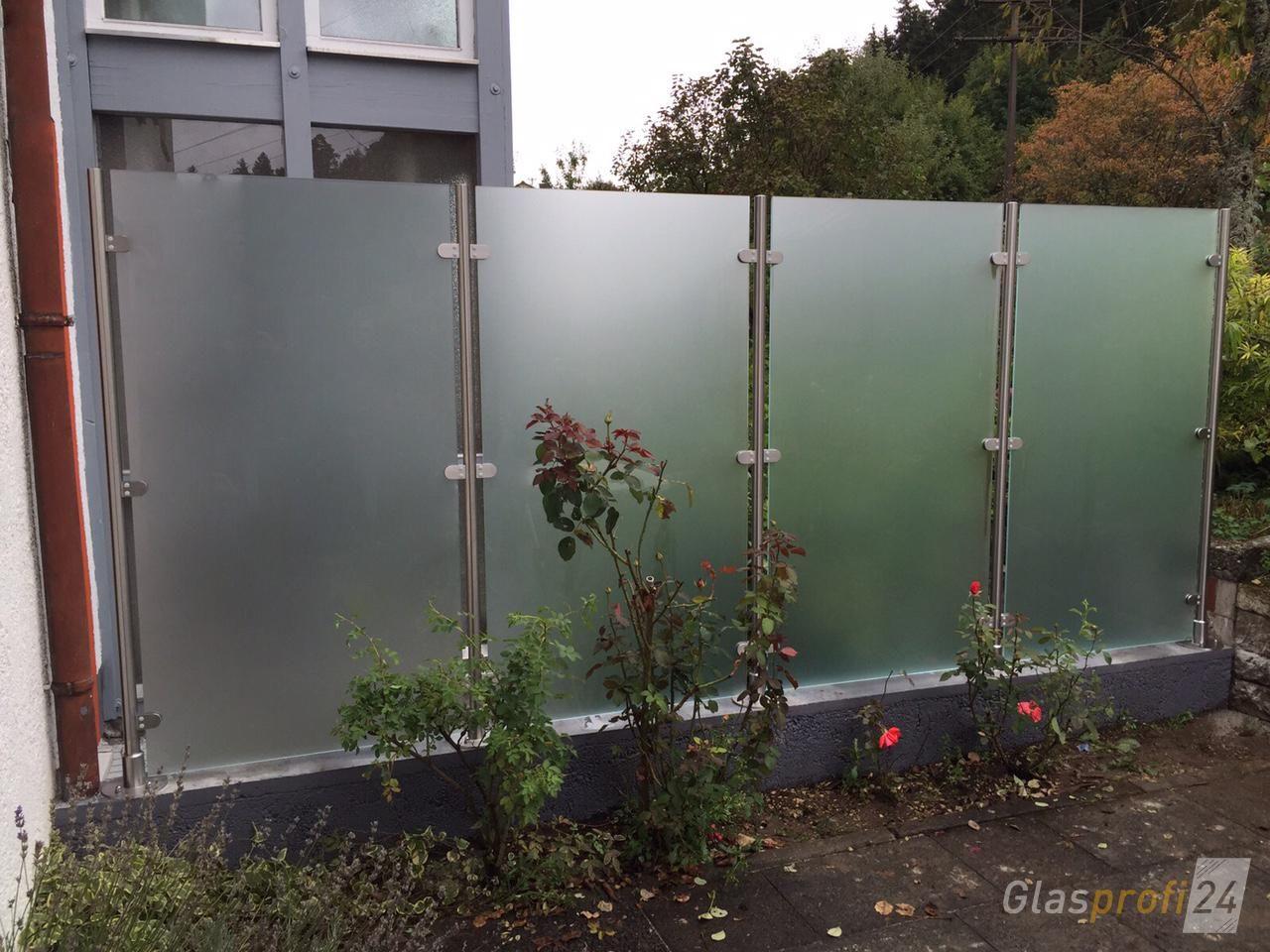 Transvent bietet mit satiniertem Glas Sichtschutz im Garten