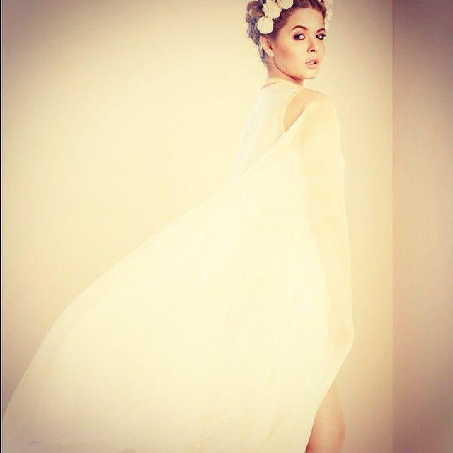 Sasha looking gorgeous in white. | Pretty Little Liars