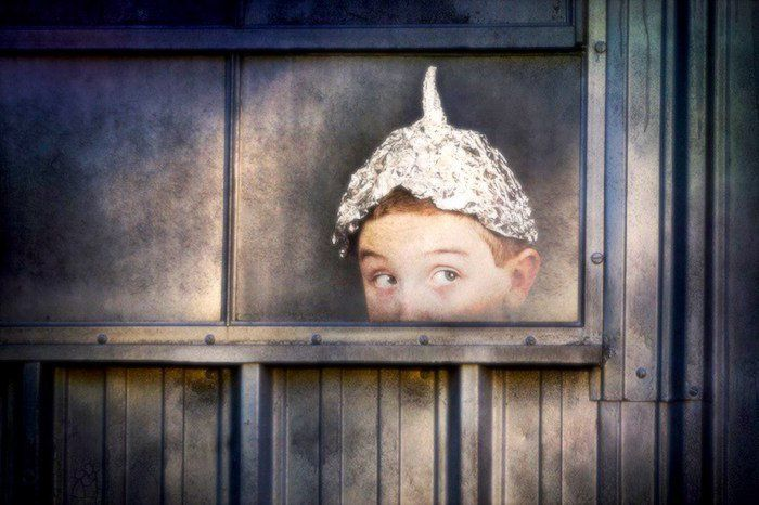 ¿Qué hace que las personas caigan en teorías de conspiración?