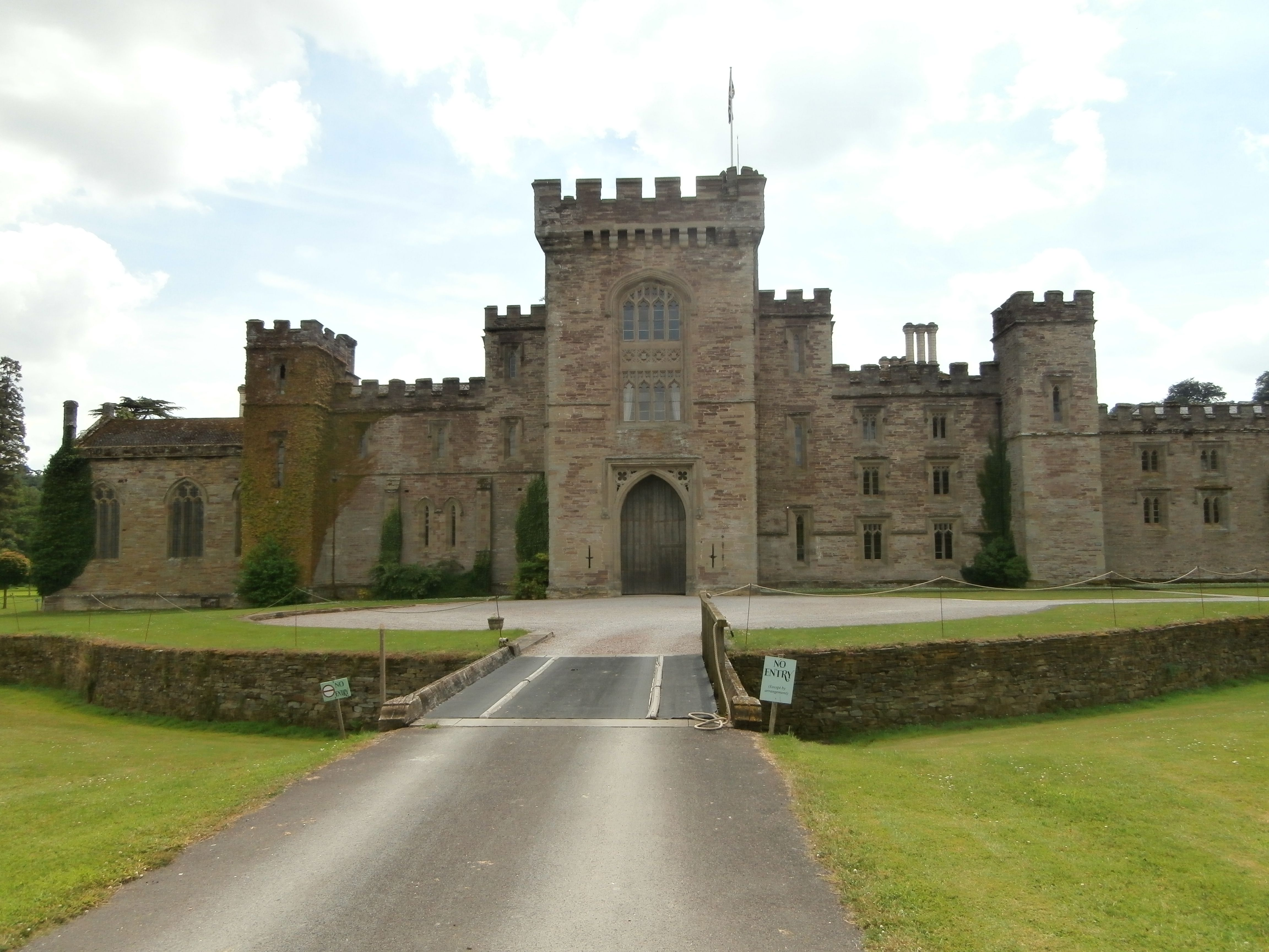 Hampton Court Castle and Gardens , город Leominster, Herefordshire ...