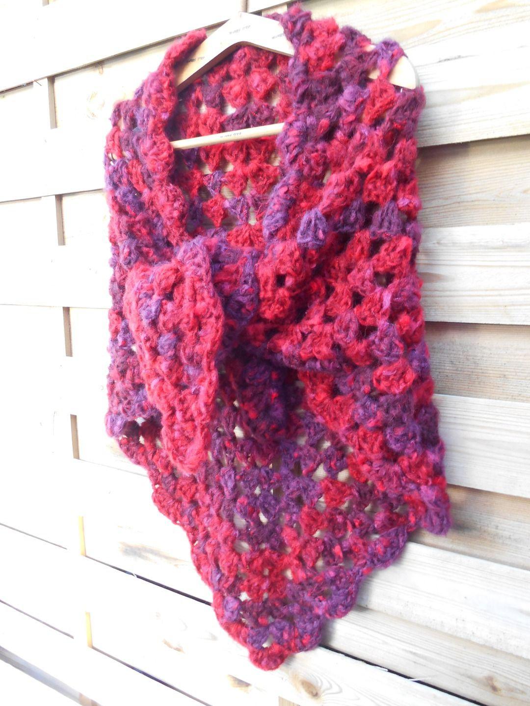 8d409faa05cd Chale réalisé au crochet avec une laine dégradée bordeaux prune   Echarpe,  foulard, cravate par maryzdko