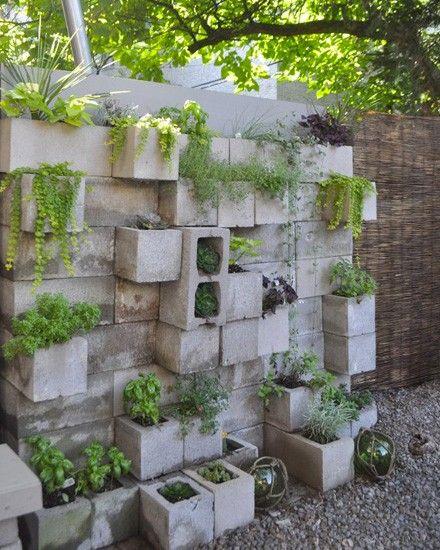 un mur v g tal diy en parpaing deco jardin outdoor decor. Black Bedroom Furniture Sets. Home Design Ideas