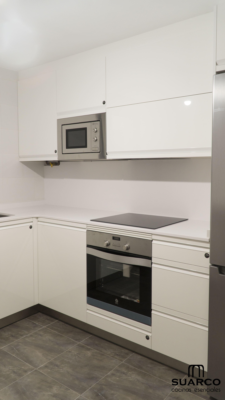 Cocina blanca de 7 m2 y amueblamiento en forma de l - Amueblamiento de cocinas ...