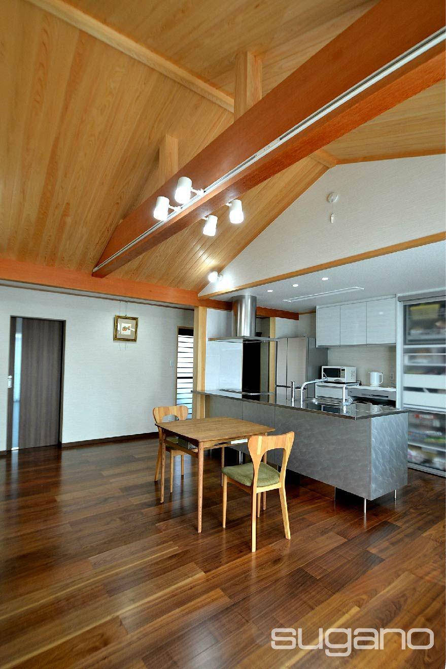 天井は屋根の傾斜を利用した船底天井です 梁を露出し 桧の上小節板を張りました 和風住宅 勾配天井 Ldk ダイニング キッチン 木質 家づくり 新築 設計事務所 住宅 家 づくり 内装