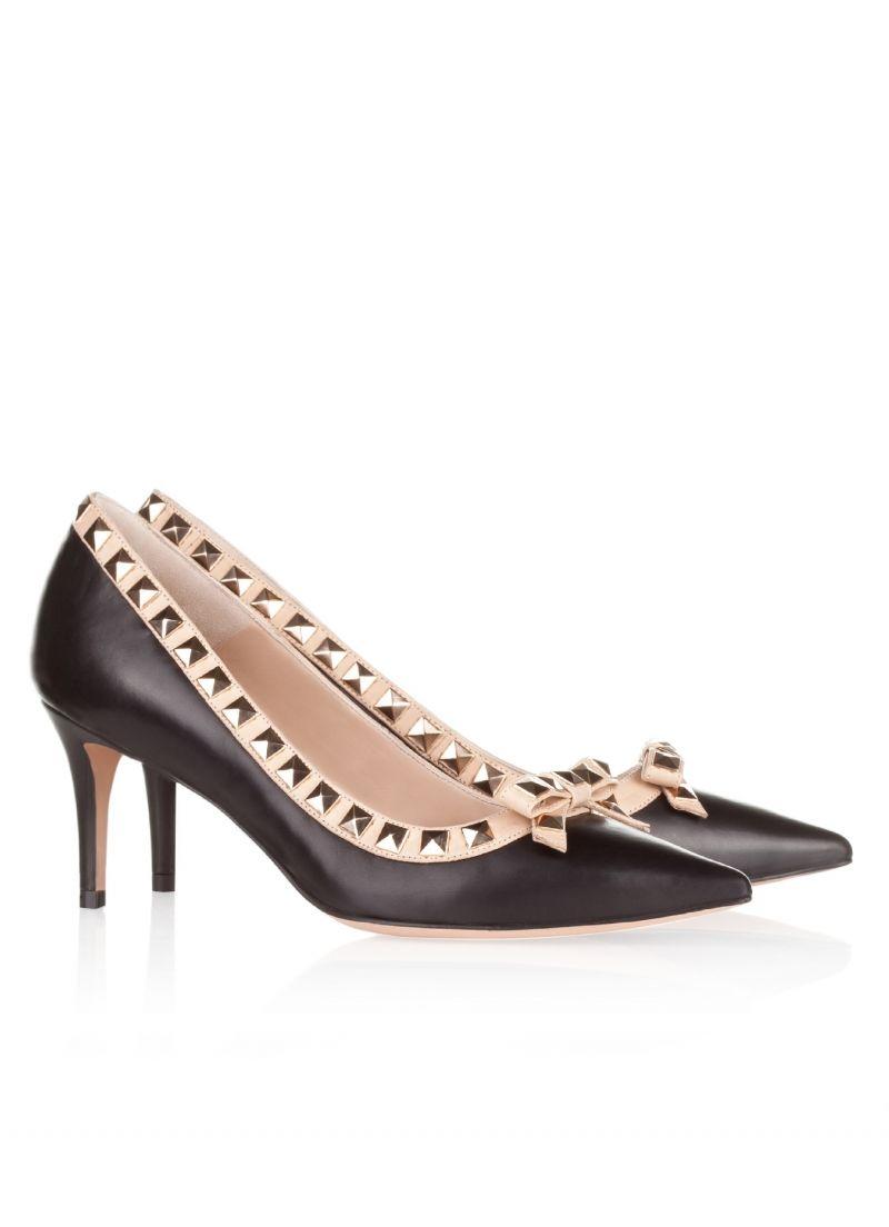 Pura Lopez Giselle- Zapatos bicolor Pura López con punta fina y tacón  medio. Realizados en piel color negro con vivos en piel nude y tachas  pirámide en ...