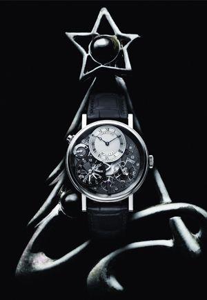 トラディション 7067    初代ブレゲが活躍した18世紀の懐中時計の機構やデザインを、現代に蘇らせたのが「トラディション」シリーズ。機構が見える時計はたくさんあるが、見せることをここまで意識した時計は珍しい。チクタクと時が生まれる瞬間を観賞しているだけで、時間は流れ去っていくことだろう。このモデルは時刻表示をふたつ搭載しており、黒文字盤がホームタイムで、シルバー文字盤がローカルタイム。10時位置のプッシュボタンを押すと、ローカルタイムの時針が1時間ずつジャンプし、簡単に時差調整が行える。古典的美意識から生まれた時計だが、機能は極めて現代的なのだ。手巻き、18KWGケース。40mm。  ¥4,126,500 ブレゲ ブティック銀座 TEL:03-6254-7211