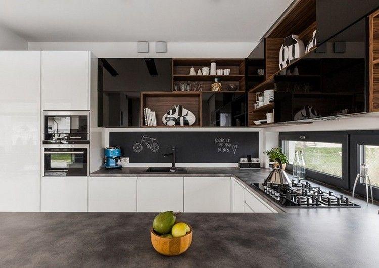 Kunststein Arbeitsplatte In Grau Und Weisse Fronten Oberschranke In Schwarz Und Holz In 2020 Innenarchitektur Kuche Haus Kuchen Kuchendesign