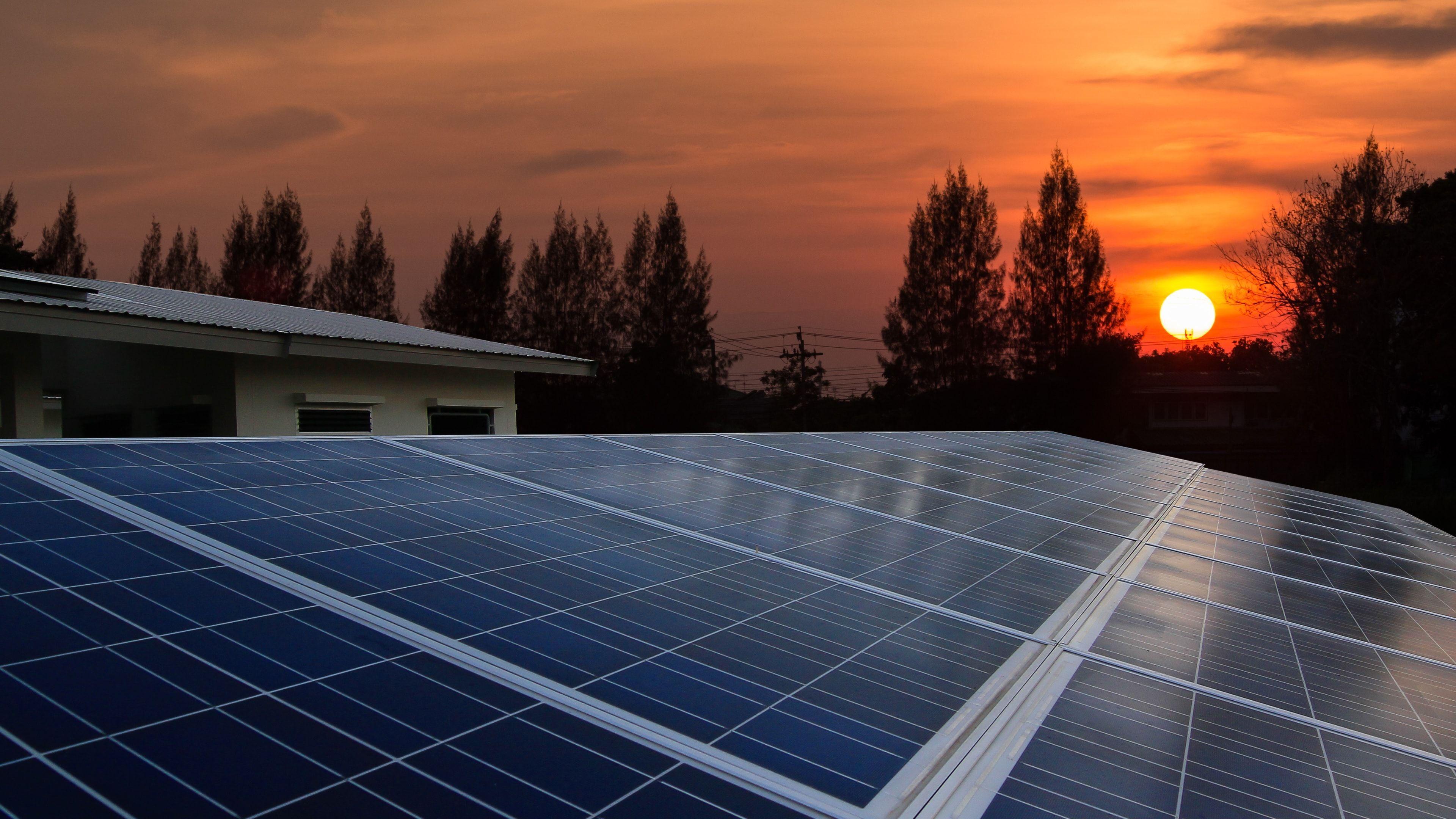 Wie Kann Ich Die Beste Solaranlage Auswahlen Wichtig Fur Den Ertrag Einer Solaranlage Sind Die Ausrichtung Des Dachs Sowi Solar Solar Panel Cost Solar Panels