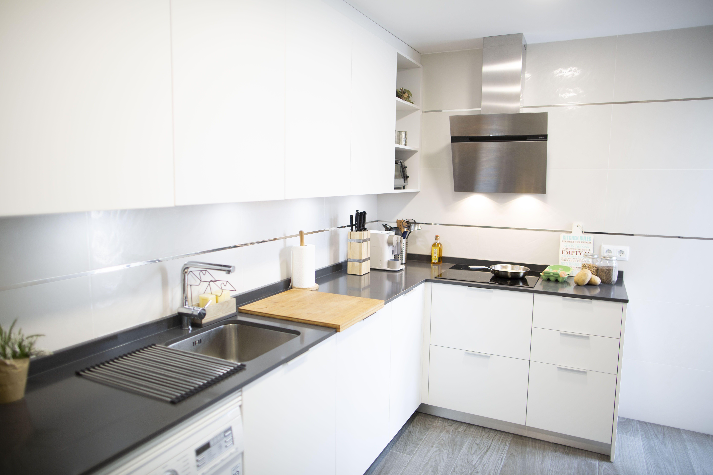 Todo lo que puedes encontrar en una cocina pequeña y moderna: un ...