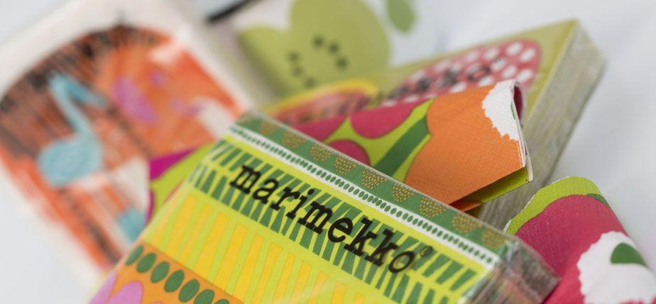 Servilletas de Marimekko. Taza esmaltada de Hackman.