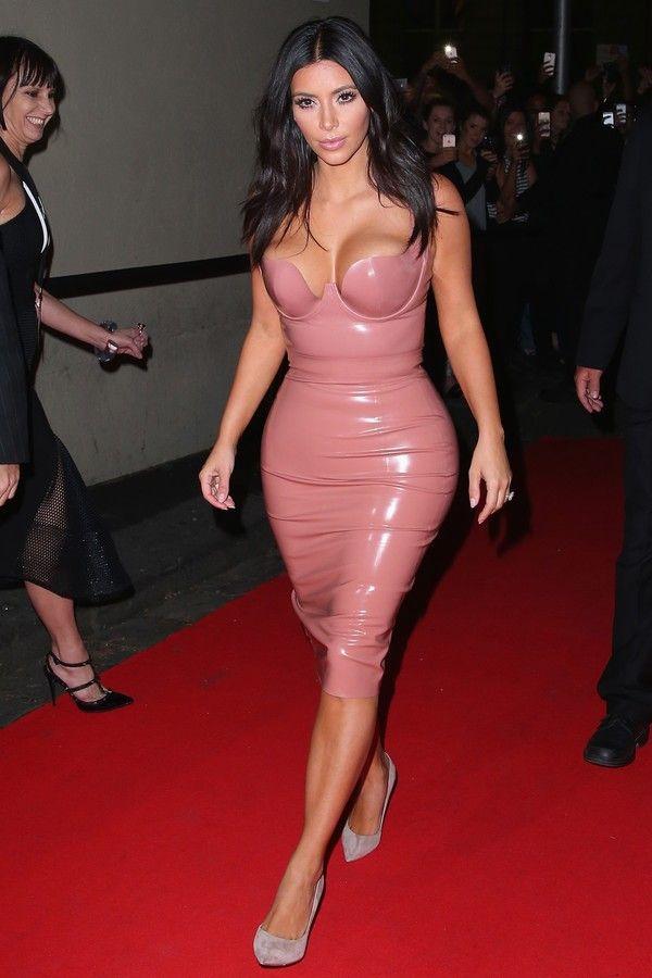 24bc135a3 Vestido de látex é febre graças a Nicola Peltz e as irmãs Kardashian ...