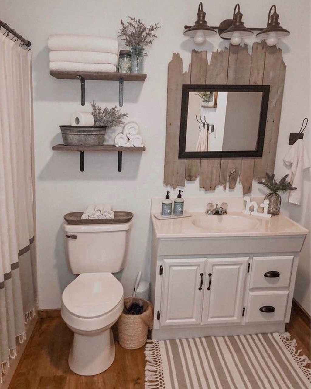 Rustikale Bäder Bathroom Decor Pottery Barn #bathroom Decor Examples #bathroom Decor Flowers #bathroom Wall… | Rustikales Badezimmer Dekor, Kleines Bad Dekorieren, Rustikale Bäder