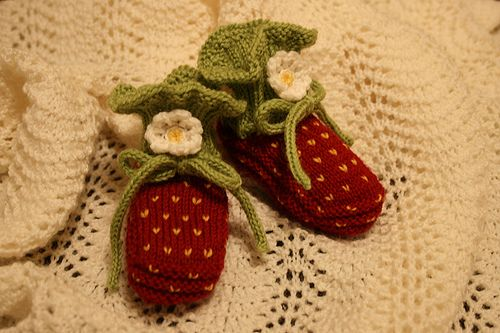 My sister is having a baby girl, and I can now officially start looking at baby knitting patterns!  I love these little baby booties that make your little one's tiny feet look like strawberries :)  The pattern is free at this site, so happy knitting!