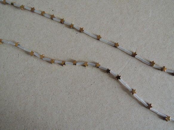 パイライトの星をちりばめたネックレス。4mmと小さめの星なのでかわいらしくなりすぎずさりげなく着けられます。星の間にはガラスビーズを使用しています。とっても軽...|ハンドメイド、手作り、手仕事品の通販・販売・購入ならCreema。