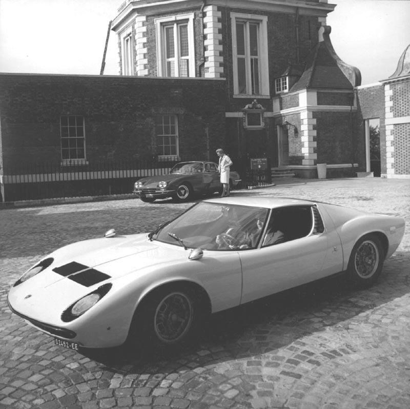 Después de Ferruccio desapareció fuera de la foto salió coches más salvajes y más salvajes de los motores de más arriba - pero la aventura comenzó con la GT grandiosa en el fondo.  El motor es esencialmente la misma.