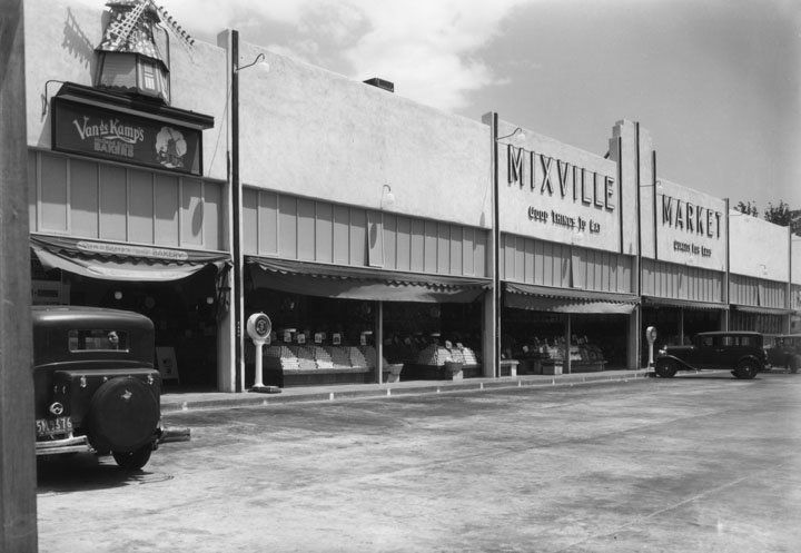 Unknown if this is the current Ralph's. This spacious parking lot should have been given historical status!