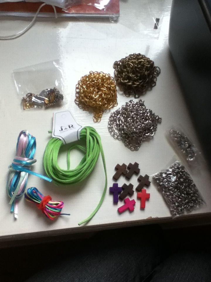 Materiales para crear pulseras super cancheras, con dijes, cadenas, hilos, y mucho más!! ;)