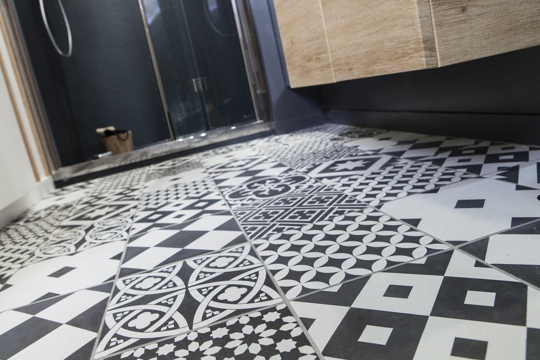 Le Carrelage Effet Carreaux De Ciment Quel Sol Pour La Salle De - Plinthe carrelage et tapis de bain bleu lagon