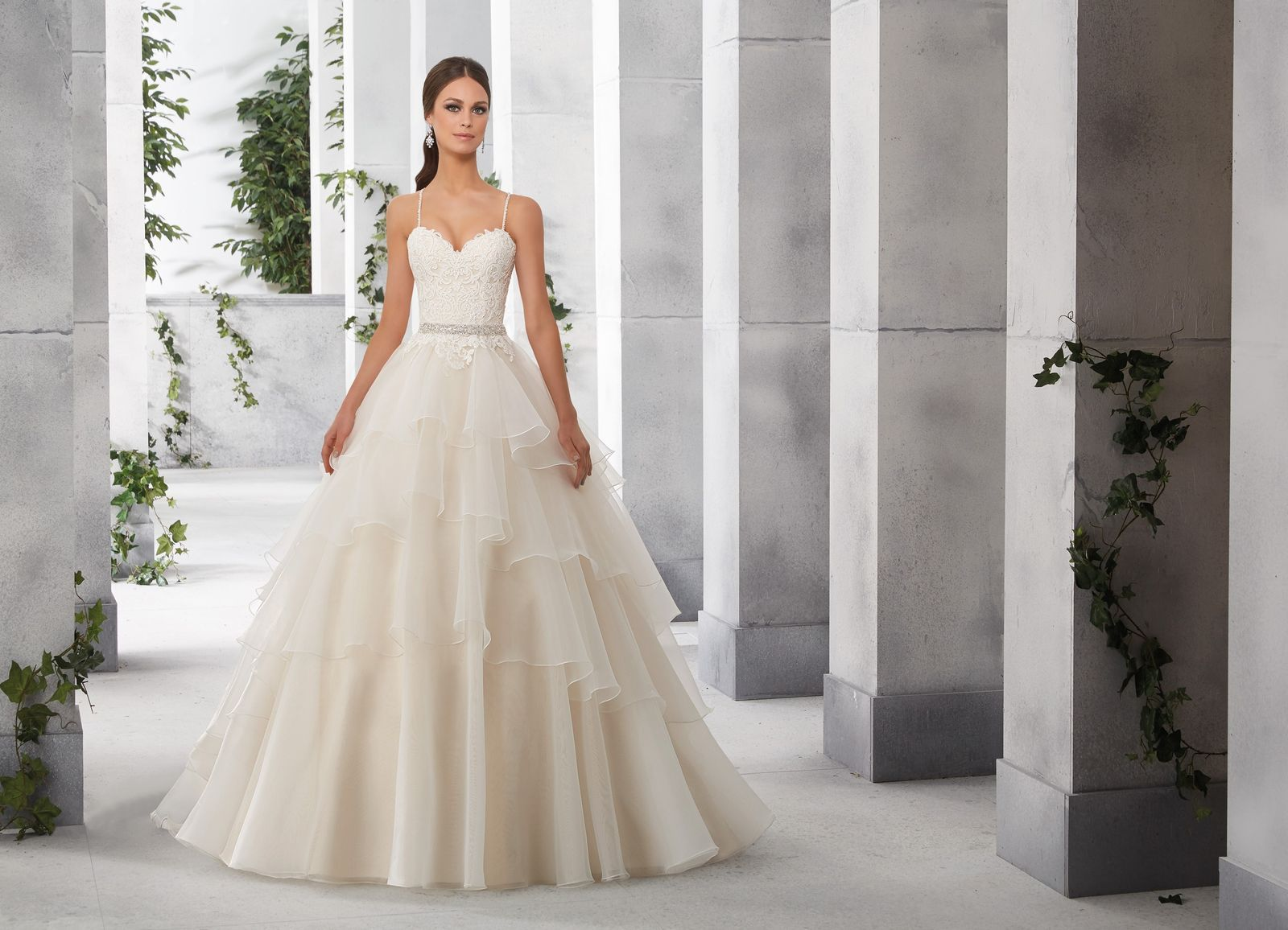 Fiona romantyczna sukni z koronkowym gorsetem i falbanami madeline shop mori lee bridal dresses at regiss online or in glasgow louisville bowling green or owensboro kentucky ombrellifo Images