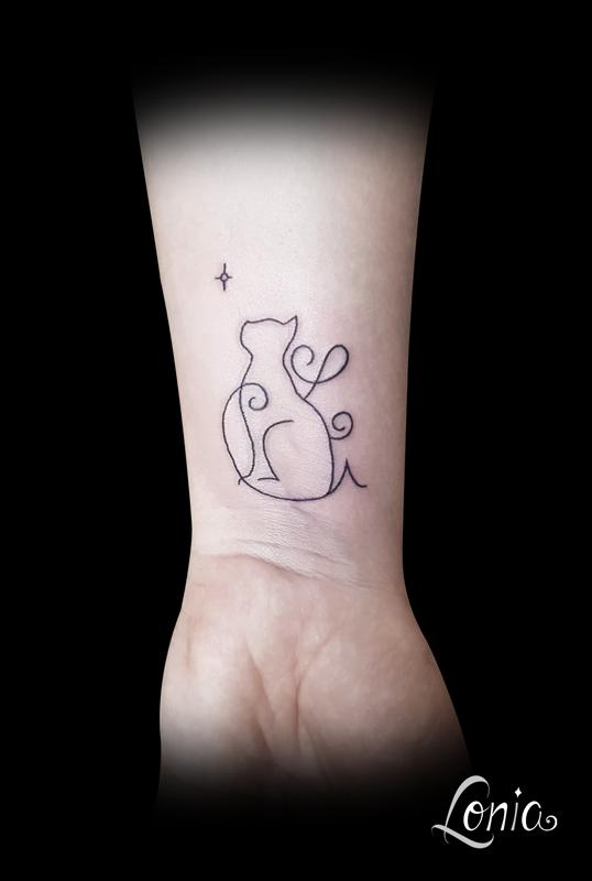 tatouage lonia tattoo chat trait fin étoile lettres cachées enfant