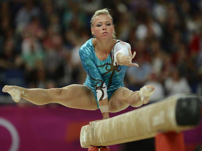 La Hongroise Dorina Boczogo 224 La Poutre Gymnastic