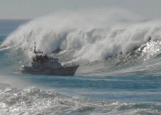 barco-enfrenta-ondas-gigantes