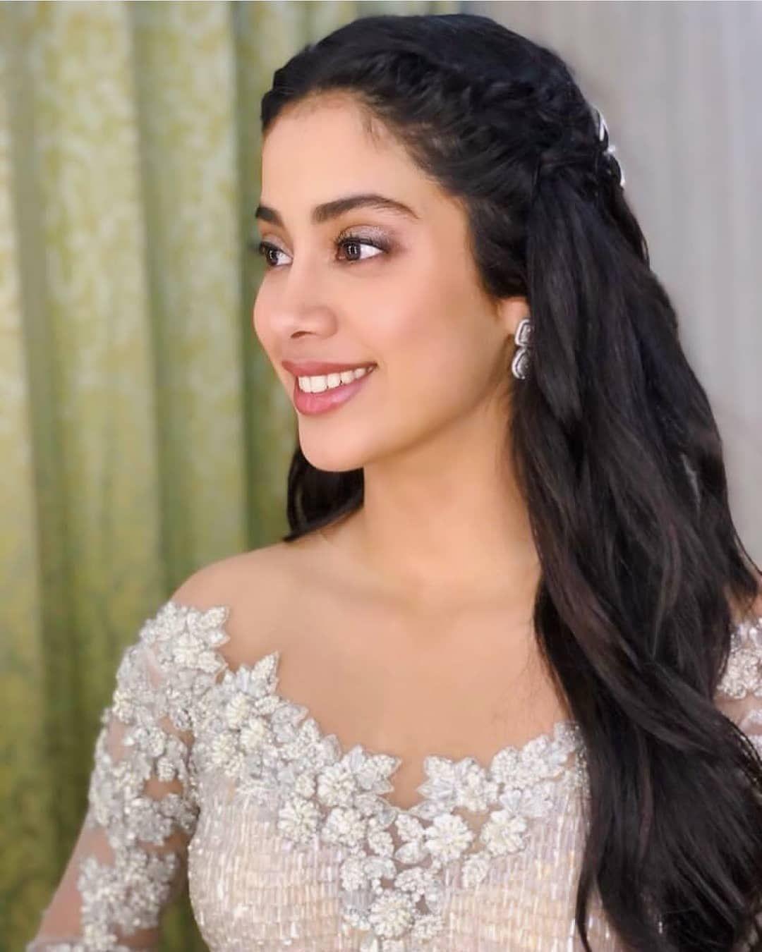Jacqueline Fernandz And Jhanvi Kapoor At Sonam Kapoor Wedding Youtube In 2020 Sonam Kapoor Wedding Sonam Kapoor Indian Wedding Dress