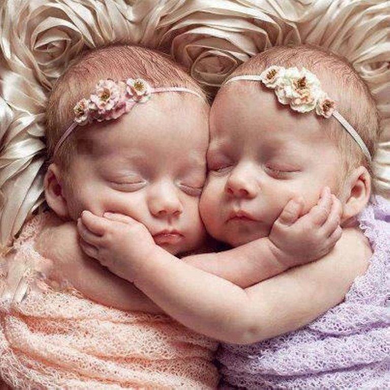 Infant baby girl twin sisters face grasp toni kami •❤• bébé •❤